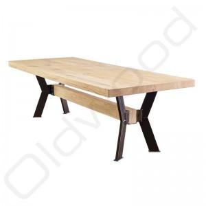 Robuuste tafel 'Praag' met een rustiek eiken blad en stoer onderstel