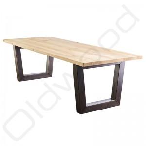 Stoere tafel 'Leipzig' met een rustiek eiken blad en metalen trapeze onderstel.